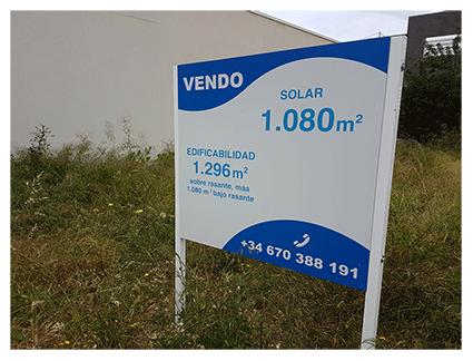 Cartel rótulo con postes a tierra para inmobiliaria