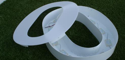 Letra corpórea de aluminio con iluminación frontal