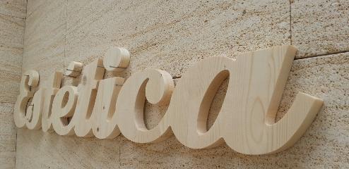 Letra corpórea recortada de madera abeto